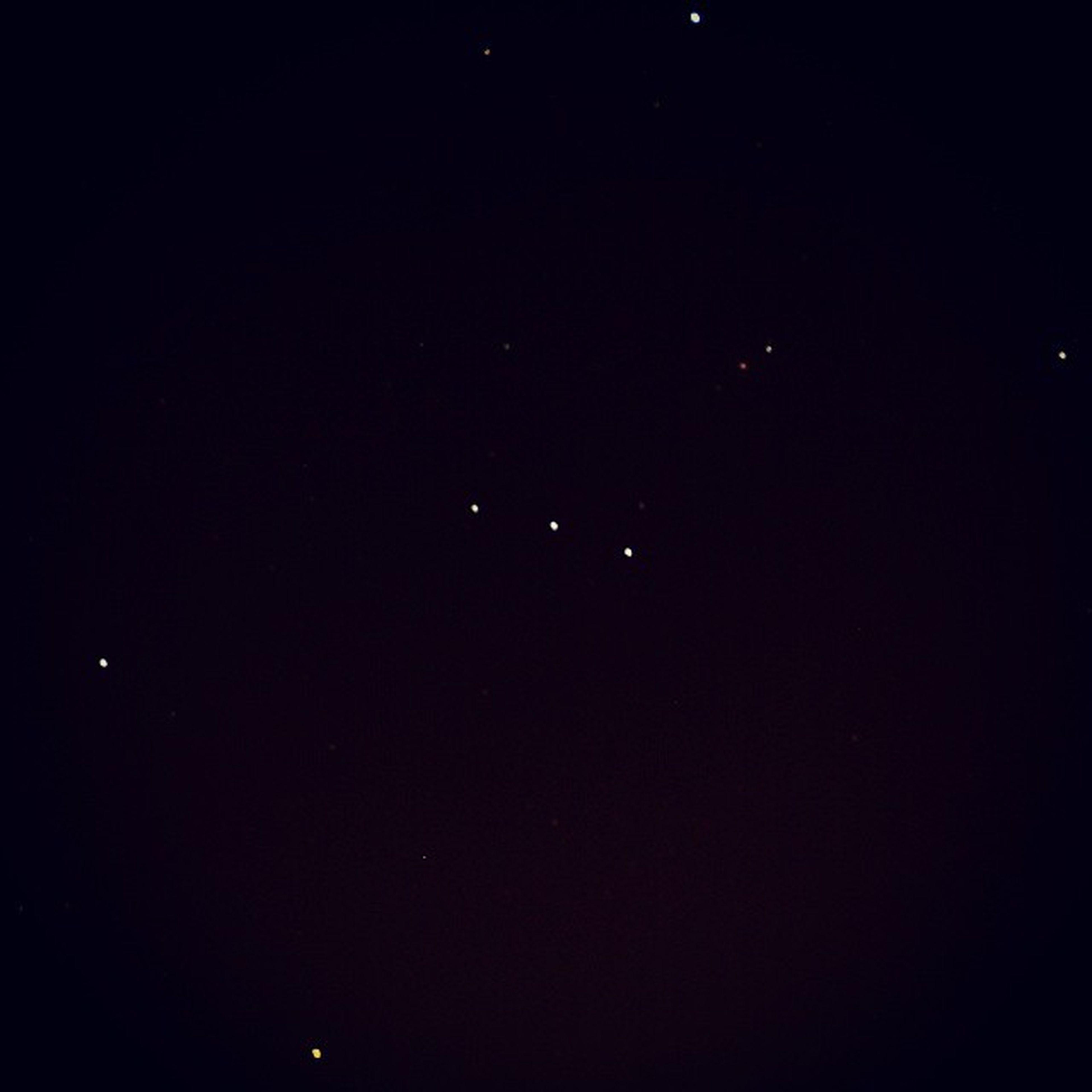 """  Três Marias 🌟🌟🌟  O Cinturão de Órion é parte de uma constelação que no Brasil é conhecida como """"Três Marias"""". Em outros países, é chamado """"Três Reis"""". Na ordem, da esquerda para a direita, temos as seguintes estrelas (que formam o cinturão): Mintaka , Alnilan e Alnitak . O ponto mais brilhante, acima: Rigel . Ao lado direito, Saiph . Na extrema esquerda: Bellatrix , também conhecida como """"Estrela Amazona"""". O ponto luminoso em vermelho, abaixo, temos a supergigante vermelha Betelgeuse . Foto de alta exposição: 20 segundos. Astronomy Astrophotography Night Sky Nightsky Noitenoinstagram"""