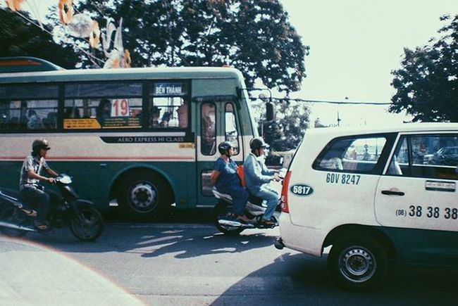 ٠ so many people, too little patience ٠ Lomography Lomographyfilm Lasardina Up Close Street Photography