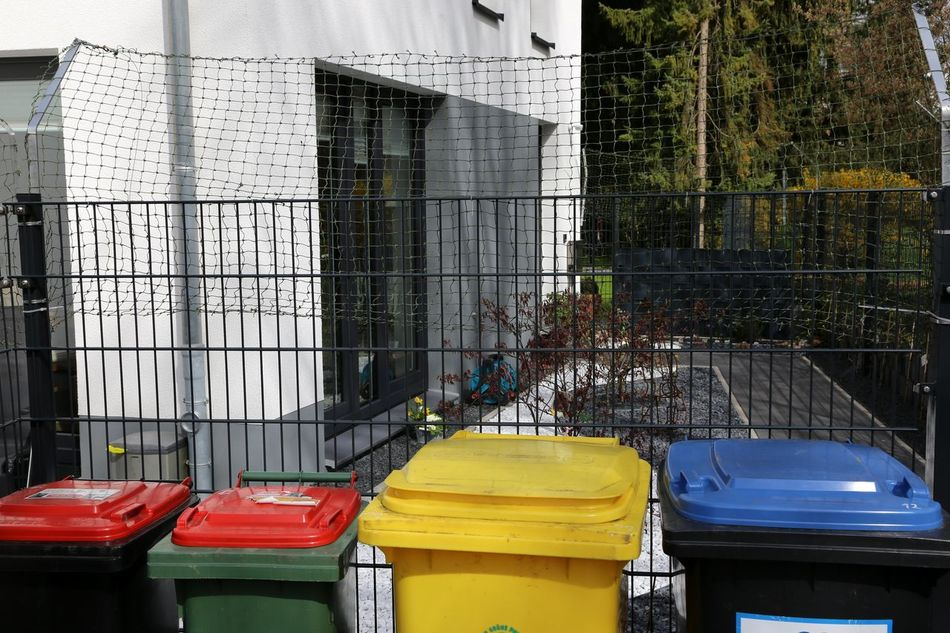 Separate Garbage Removal Müll Trennen Mülltrennung Private Home Garbage Cans Garbage Can Recycling Materials Recycle Recycled Materials Recycling Yellow Garbage Can