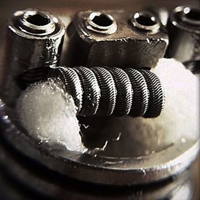 I had the pleasure of building my buddies twisted messes rda build last night! 3×NI80 28 g alien wrapped with 36g Ni80 6 wrapped Running .26ohms vape Vaper Vapeon Vapedaily Coilart Coilporn Vapecommunity Dripdaily Dripdaily Miamivapers Miamivapelyfe Twistedmesses Rda