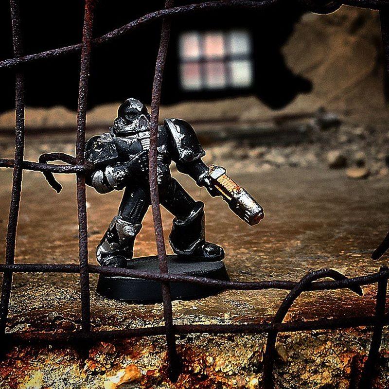 Figura De Warhammer Soldado Perdido Verja Oxidada Ventana A Lo Lejos Negro Plata Samuelada