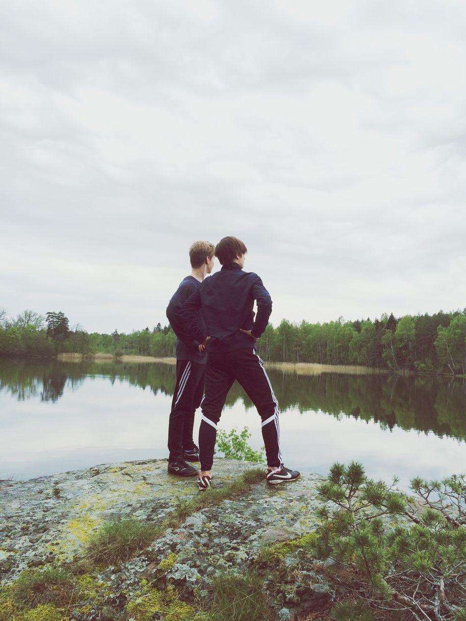 Blickar ut över vattnet med min kära kamrat, vi har konstaterat att det är mycket vatten. äventyr Orientering Skog