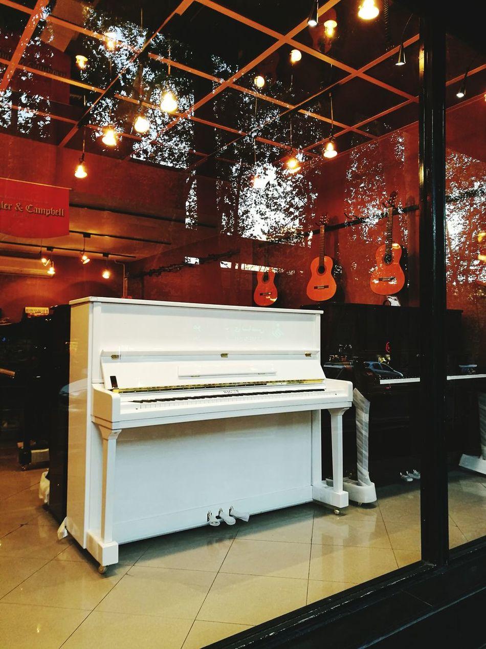 一定有一架白色钢琴,在窗明几净里等你 Waiting For You White Piano You City Sounds Some Shop