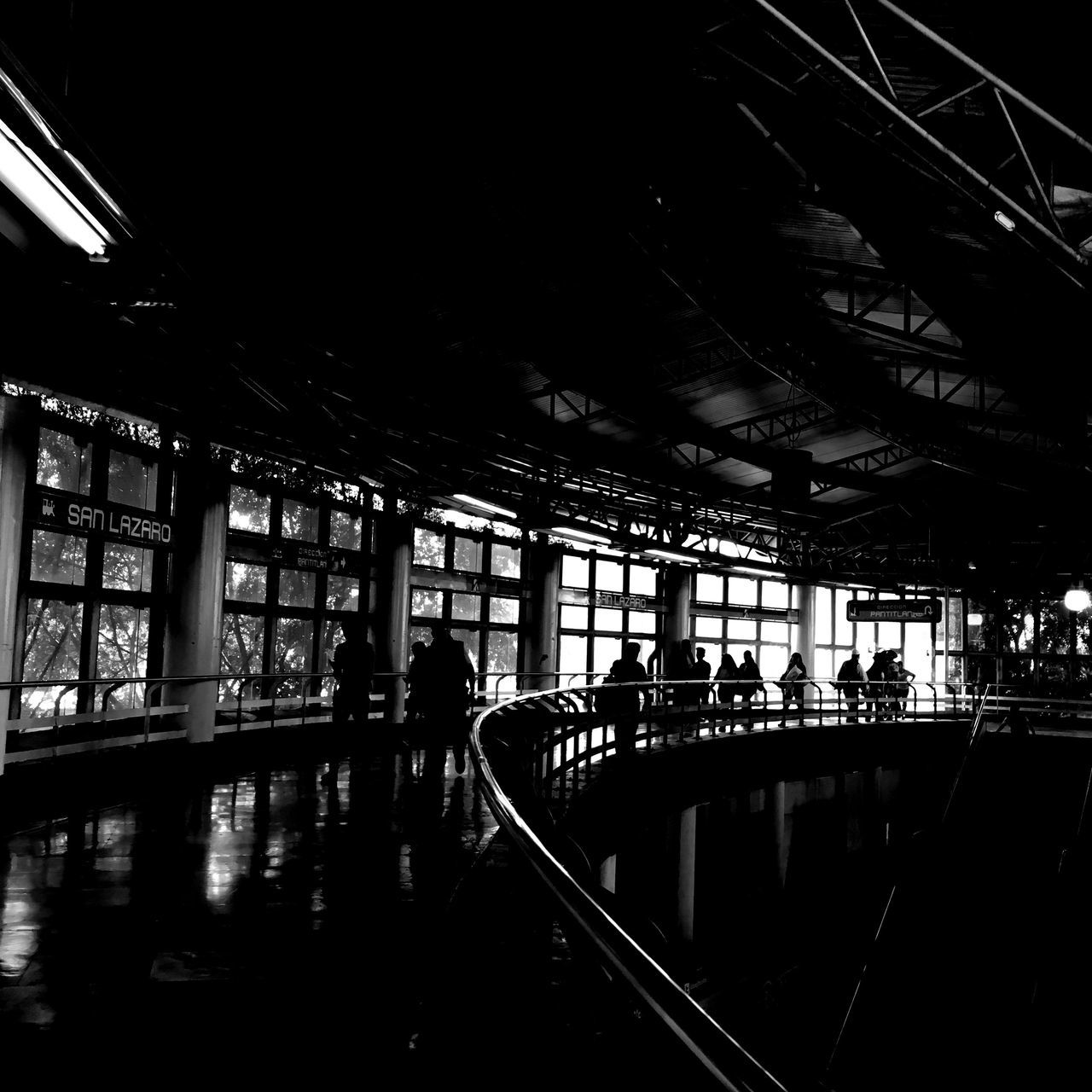 Siempre la luz ! Large Group Of People EyeEm Best Shots EyeEm Best Shots - Black + White Public Transportation Blackandwhite Architecture
