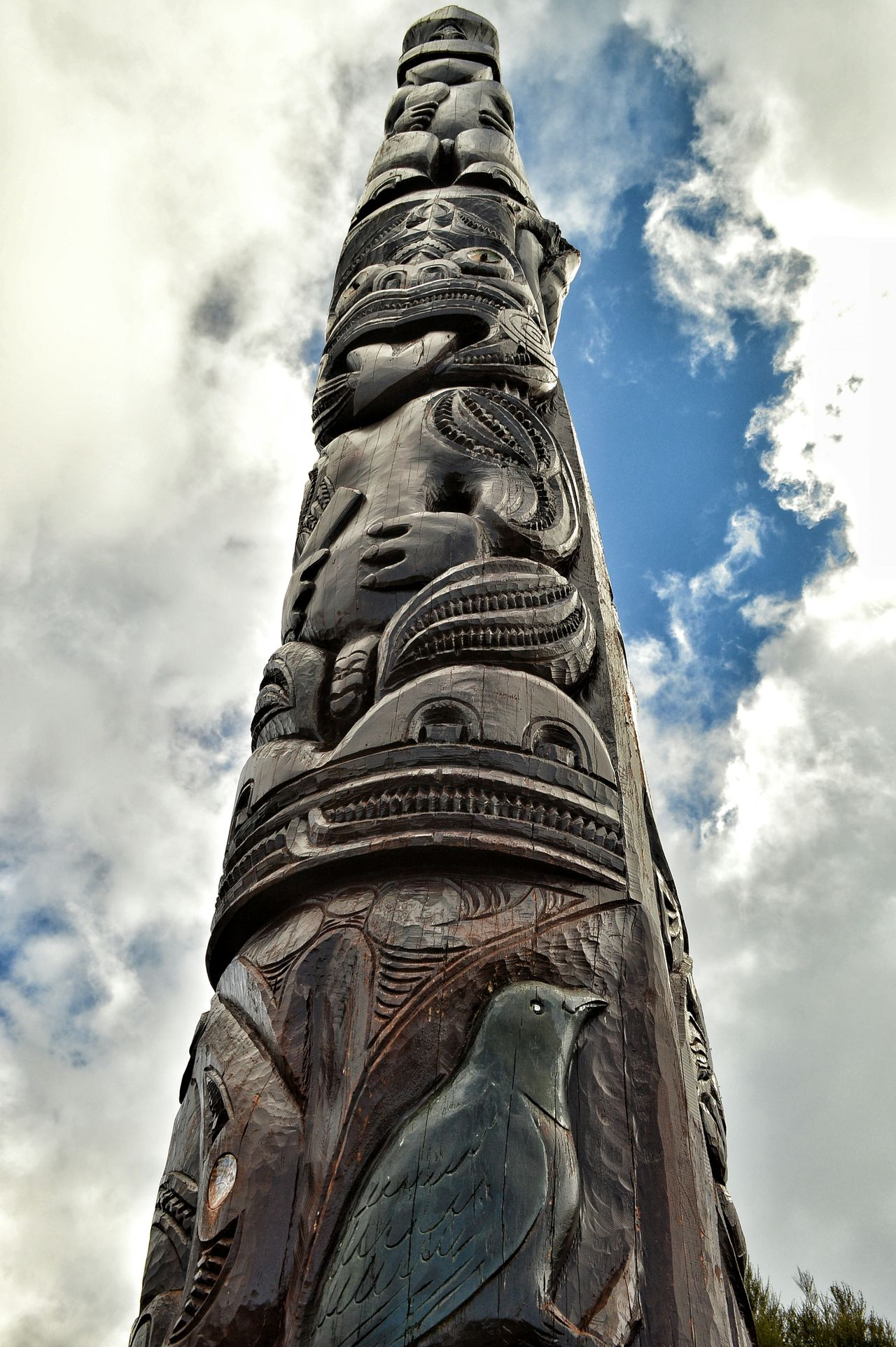 this carving shows the local peoples connection to Mt Taranaki and the land around it 🙌🐒😍🐨😊😊🙋🌈👍 Moari Carving Carving In Wood Pole Looking Up Native Pride New Zealand Scenery Kiwi Clicker Mt Taranaki Landscape. Eye4photography  EyeEm Masterclass Check This Out From My Point Of View Getting Inspired Indigenouspeople New Zealand Impressions Having Fun Hello World Tadaa Community EyeEm Best Shots Art Cultural Heritage Culture Exploring Photography