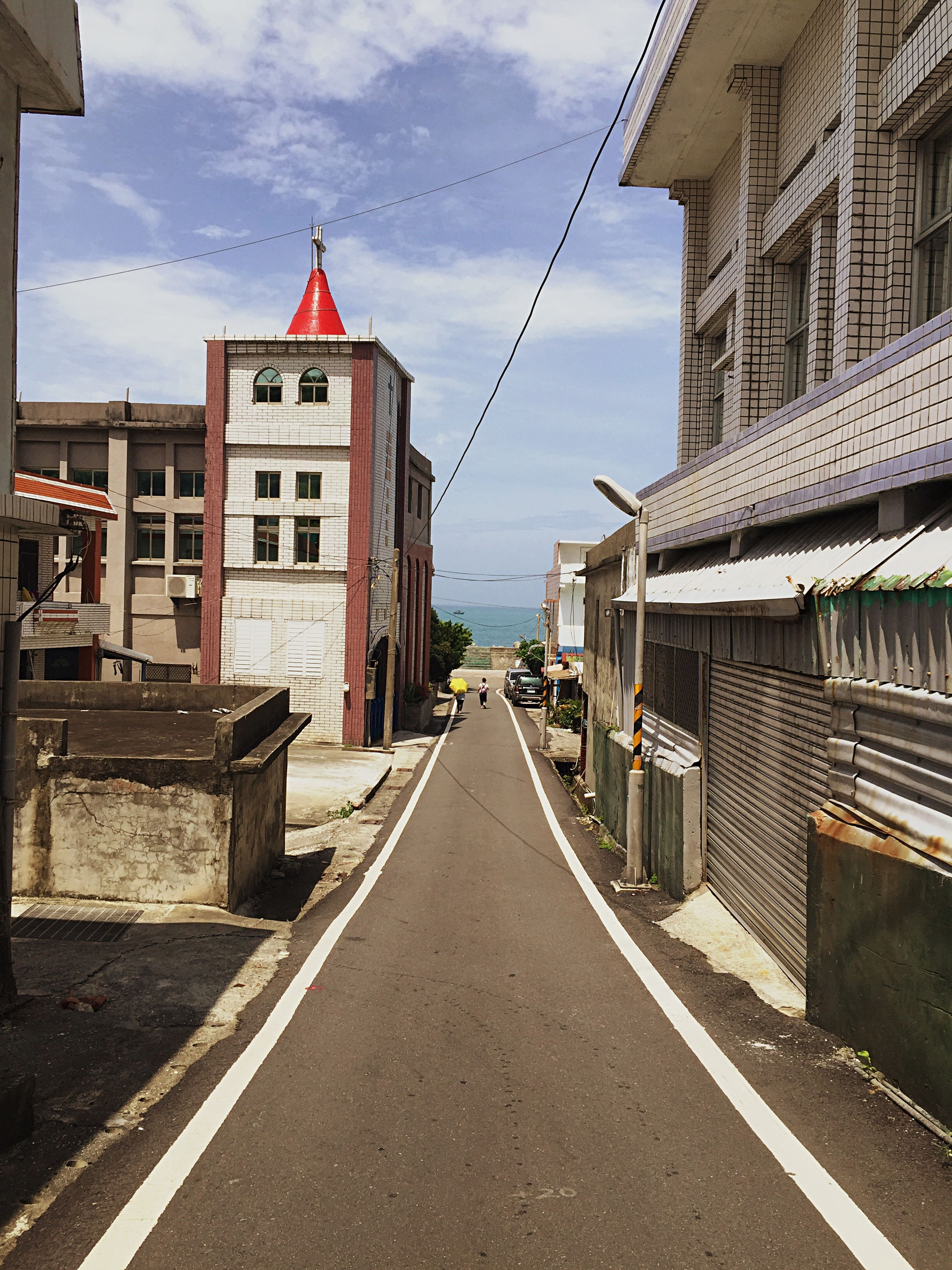 building exterior, architecture, built structure, the way forward, sky, diminishing perspective, residential structure, vanishing point, street, cloud, cloud - sky, house, residential building, road, city, building, day, narrow, outdoors, town