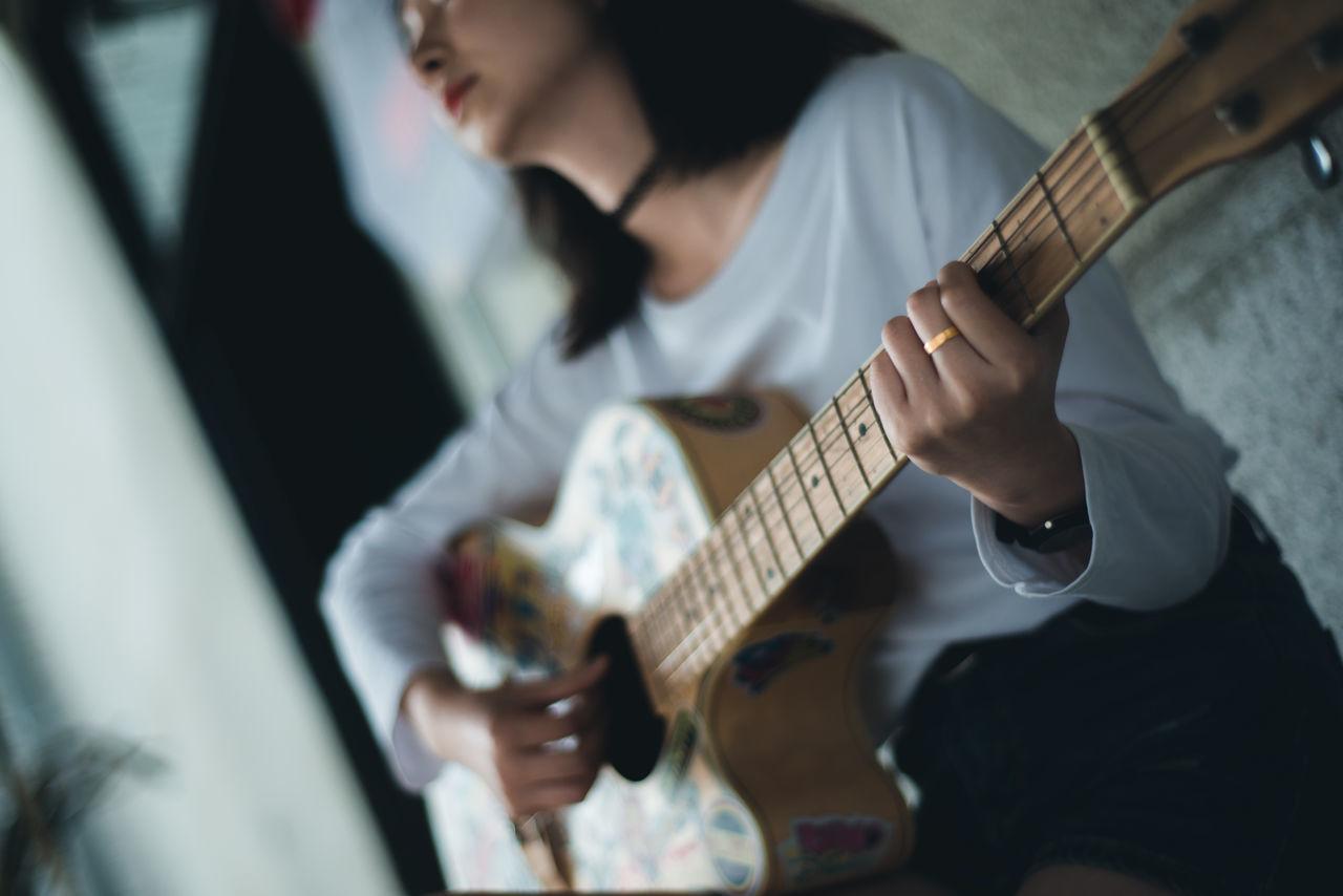 Beautiful stock photos of gitarre, 20-24 Years, Arts Culture and Entertainment, Close-Up, Guitar