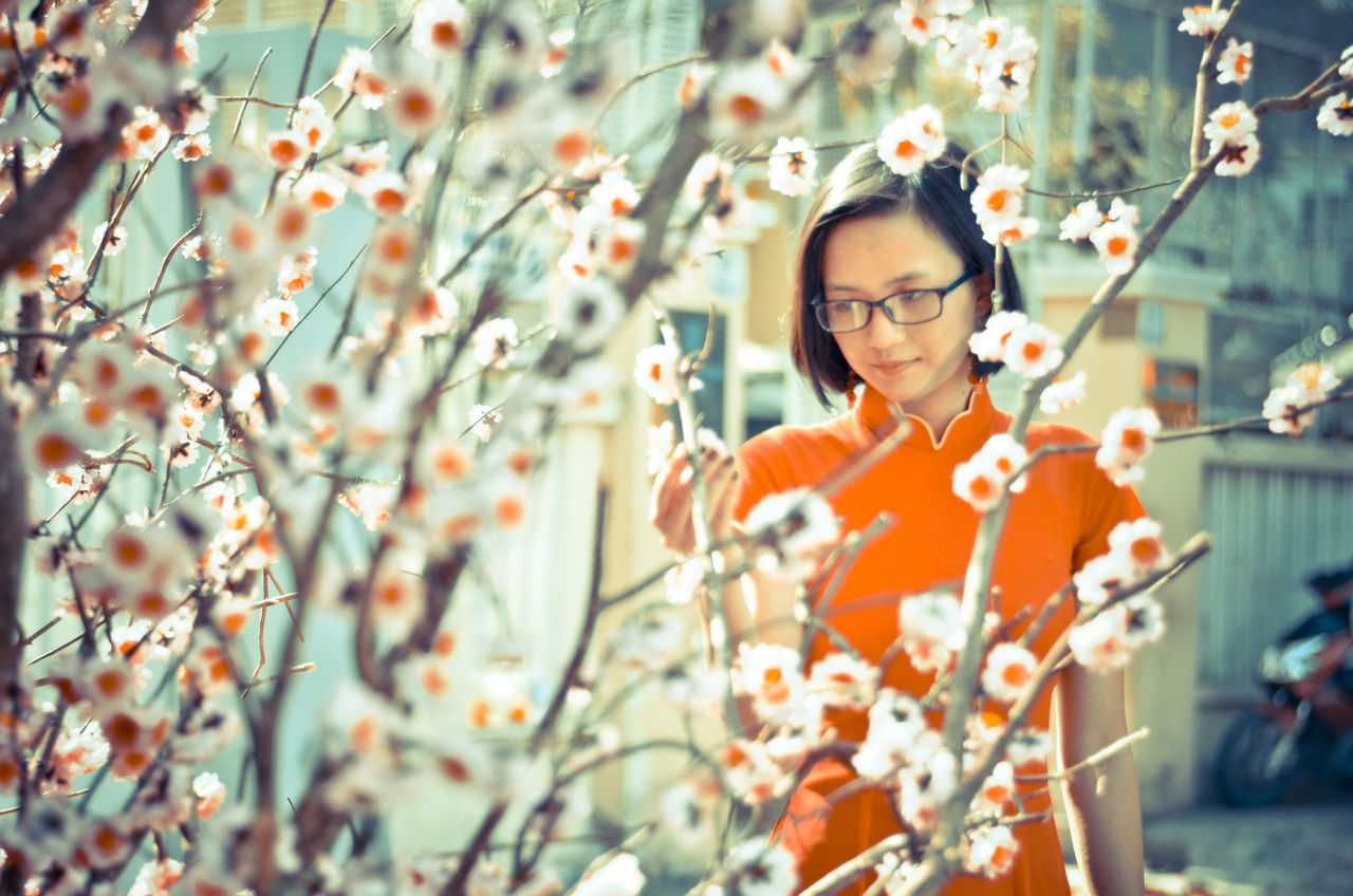 Girl and Ao dai Viet Nam Ao Dai Vietnam Beautiful Beautiful Woman Flower Focus Object Girl Phố ông đồ Portrait Tet 2017 Tet Holiday Tet In Saigon Tết Việt Nam Viet Nam áo Dài ❤