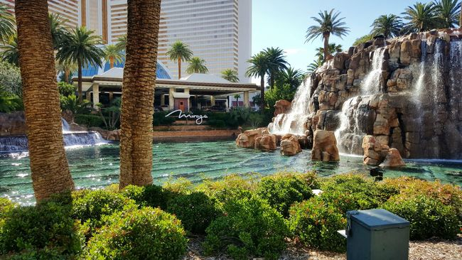 In Front Of Hotelmirage Lasvegasbaby 🎲🃏🕹 😍love😍 Mesmorising View Waterfall and Volcanodance🌋 Famous Place PicturePerfect Attraction