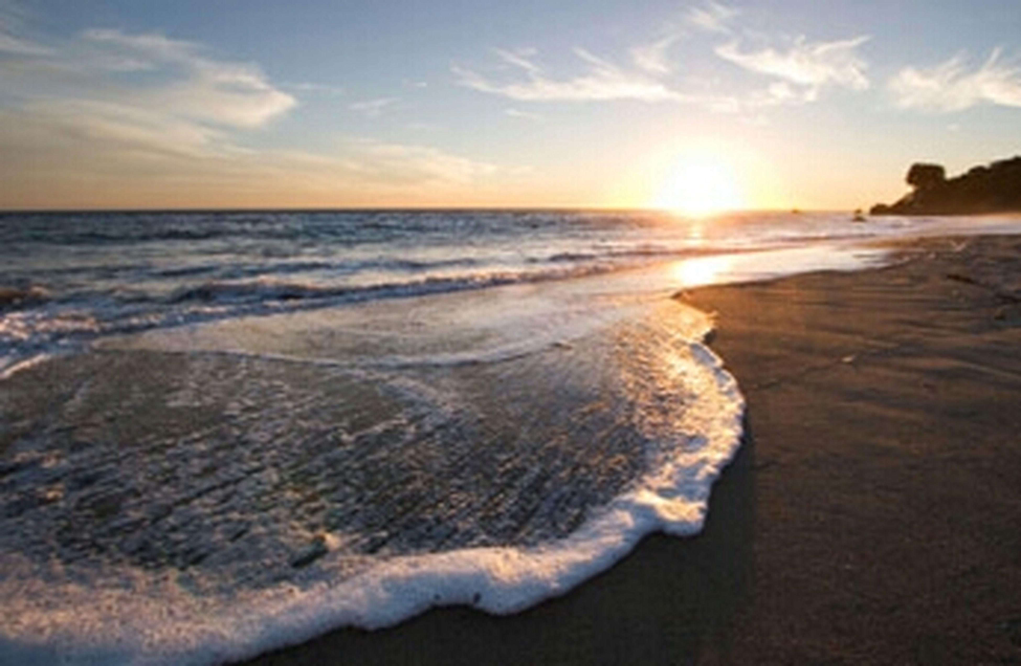 sea, water, beach, scenics, tranquil scene, horizon over water, sunset, beauty in nature, tranquility, sky, shore, sun, nature, wave, idyllic, reflection, sunlight, sand, cloud - sky, surf