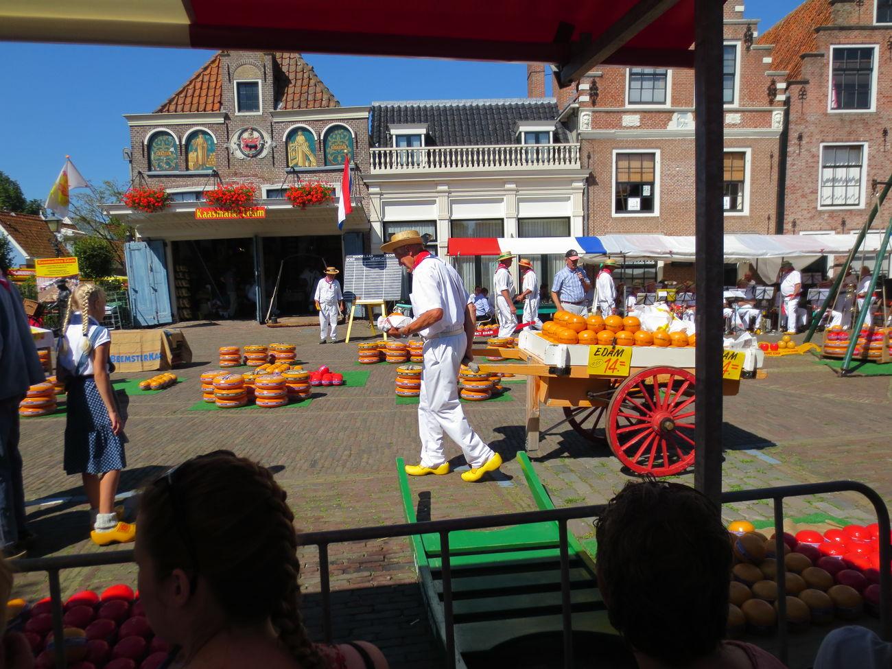 Viendo el Espectaculo del Queso en el Pueblo de Edan en Holanda