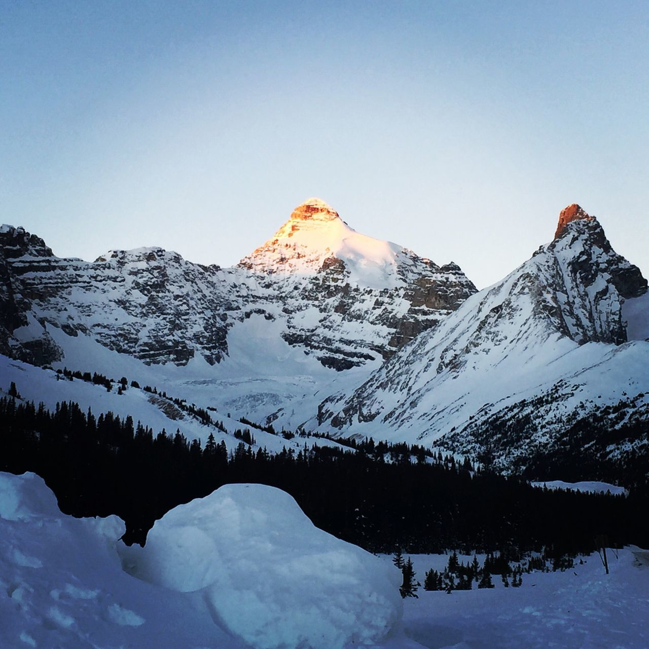Sunrise falls on the rockie mountains ❤️ Sunshine ☀ Beautiful Nature Snowcapped Mountain Snowfall Sun Hitting Mountain Peak Sunrisephotography Mountain View Canadian Winter Canadian Rockies  Best Trip Ever! Holiday Sun Hitting The Peaks Golden Mountain Peak Finding New Frontiers