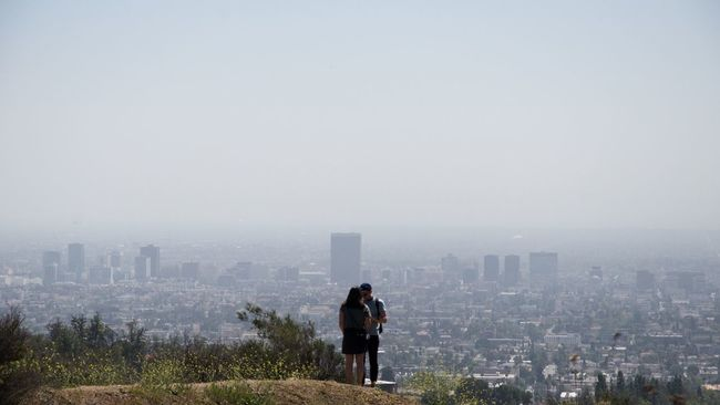 This couple was fighting and screaming for a while before they become friends again making out with that beautiful view.Los Ángeles California City Cityscape Horizon Traveling Travel Eye Em A Traveller EyeEm Gallery Eye4photography  EyeEmBestPics EyeEm Best Shots EyeEm Best Edits People Nature's Diversities Original Experiences People Together Fine Art Photography Two Is Better Than One People And Places The Great Outdoors - 2016 EyeEm Awards