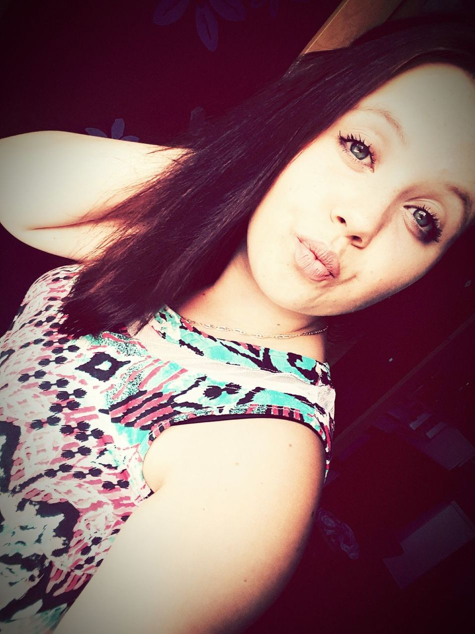 Young Women One Person Beautiful Woman One Young Woman Only Kiss Girl Likes Followmee Love ♥ ♡♡♡ Looking At Camera Person