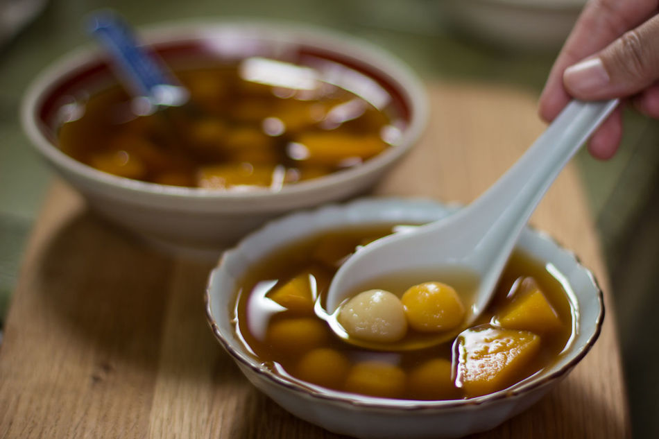 The chinese traditional dessert on the day of Winter solstice . Ingredients: Glutinous rice flour, sugar and ginger. Chinese Dessert Chinese Food Chinese Traditional Food Food Foodphotography Natural Light Pumpkin Traditional Winter Solstice Winter Solstice Dessert