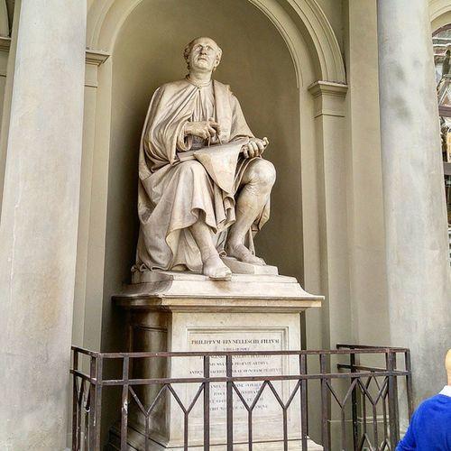 이 아저씨가 두오모의 돔을 만든 브루넬레스키입니다. 성당을 다 지어 놓고 마지막에 돔을 못 올리고 있던 걸 이 아저씨가 올렸죠. 저 석상 손에 있는 종이에는 돔의 설계가 그려져 있는 디테일까지 DuomoDiFirenze Cupolasantamariadelfiore Duomo Firenze Florence Brunelleschi 두오모 쿠폴라 피렌체 브루넬레스키 이탈리아 Italia Italy