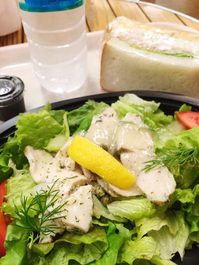 サラダとサンドイッチ。