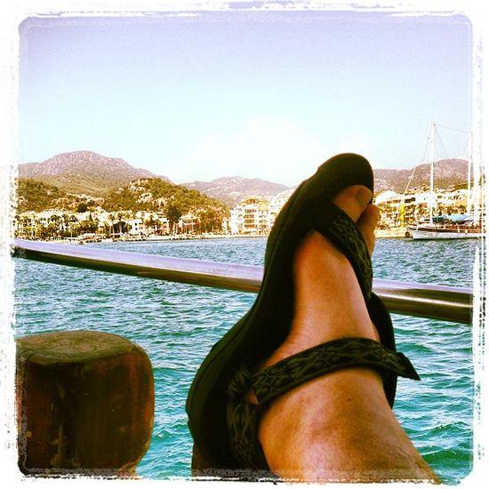 Entspanntes #schuhezeigen bei der Bade-Bootstour durch die Bucht von Marmaris Schuhezeigen