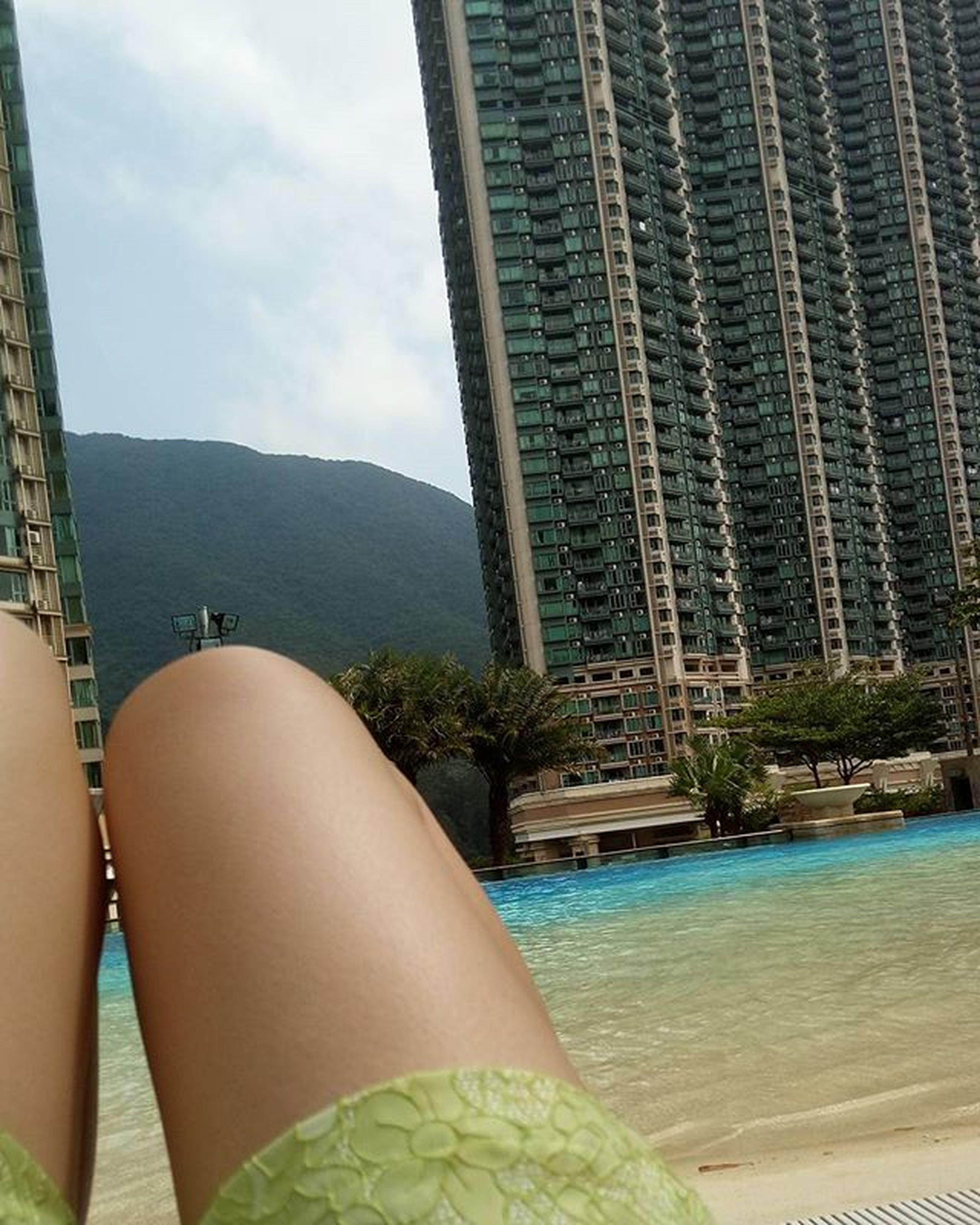 お家のプールで日光浴😎☀ このメンツ揃うと、つくづく行きたいとこ 閉まってる😂 今日の仕事は皆 スタンバイ なのにかだからか 日光浴 有意義な だらだら Suntan 日焼け しよう Coconuttanningoil 目の前は 山 今は慣れたけど 高層マンション 音楽はもちろん Kinkikids 雨のメロディ 好きだよ壊したいくらい いいね 香港