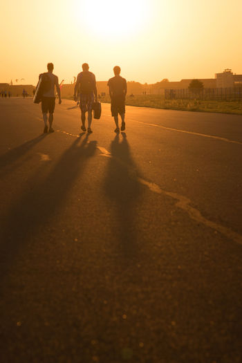 Backlight Berlin Couché De Soleil Freunde Friedrichshain Friends Germany Group Of Friends Gruppe Von Freunden Kreuzberg Men Neukölln Outdoors Silhouette Sommer Sommerabend Sonne Sonnenuntergang Sport Sports Summer Summerfeeling Sun Sunset Tempelhofer Feld