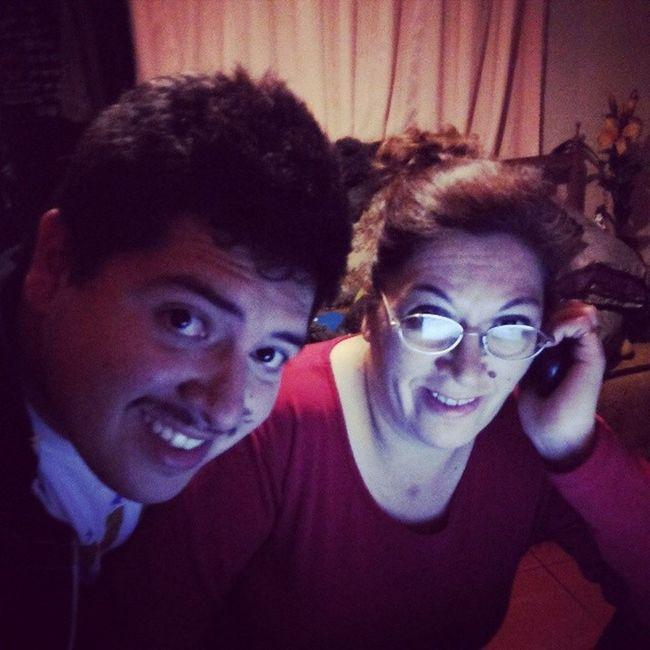 Yo con mi mamita linda... frente al Notebook y hablando con mi Welita ... lindaaa.