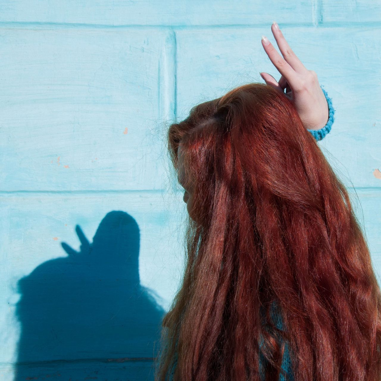 real people, human hair, one person, long hair, lifestyles, hairstyle, rear view, dyed hair, leisure activity, women, day, indoors, hair care, human hand, close-up, people