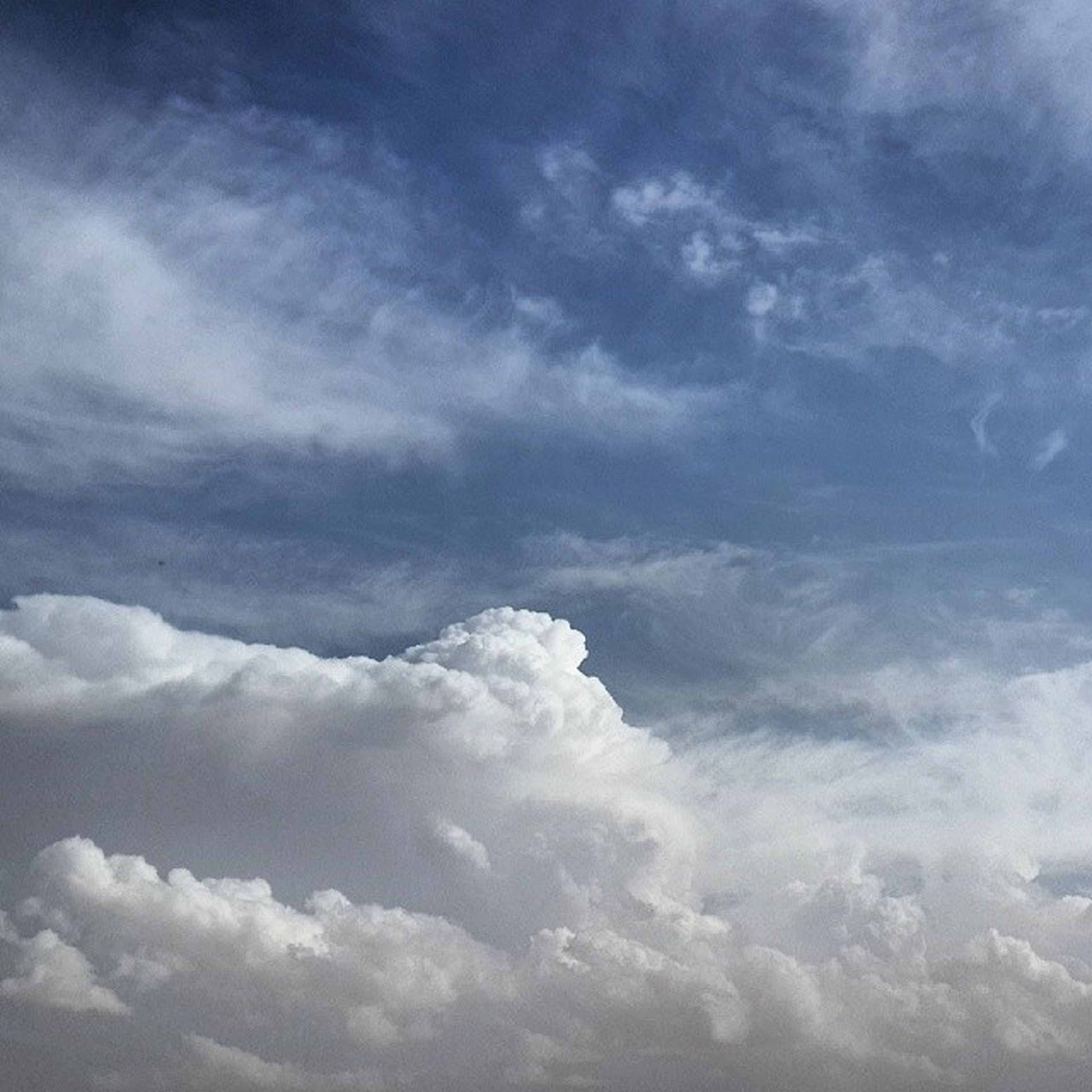 sky, cloud - sky, scenics, beauty in nature, tranquility, tranquil scene, cloudy, nature, weather, white color, cloudscape, cloud, low angle view, idyllic, day, outdoors, blue, sky only, no people, majestic