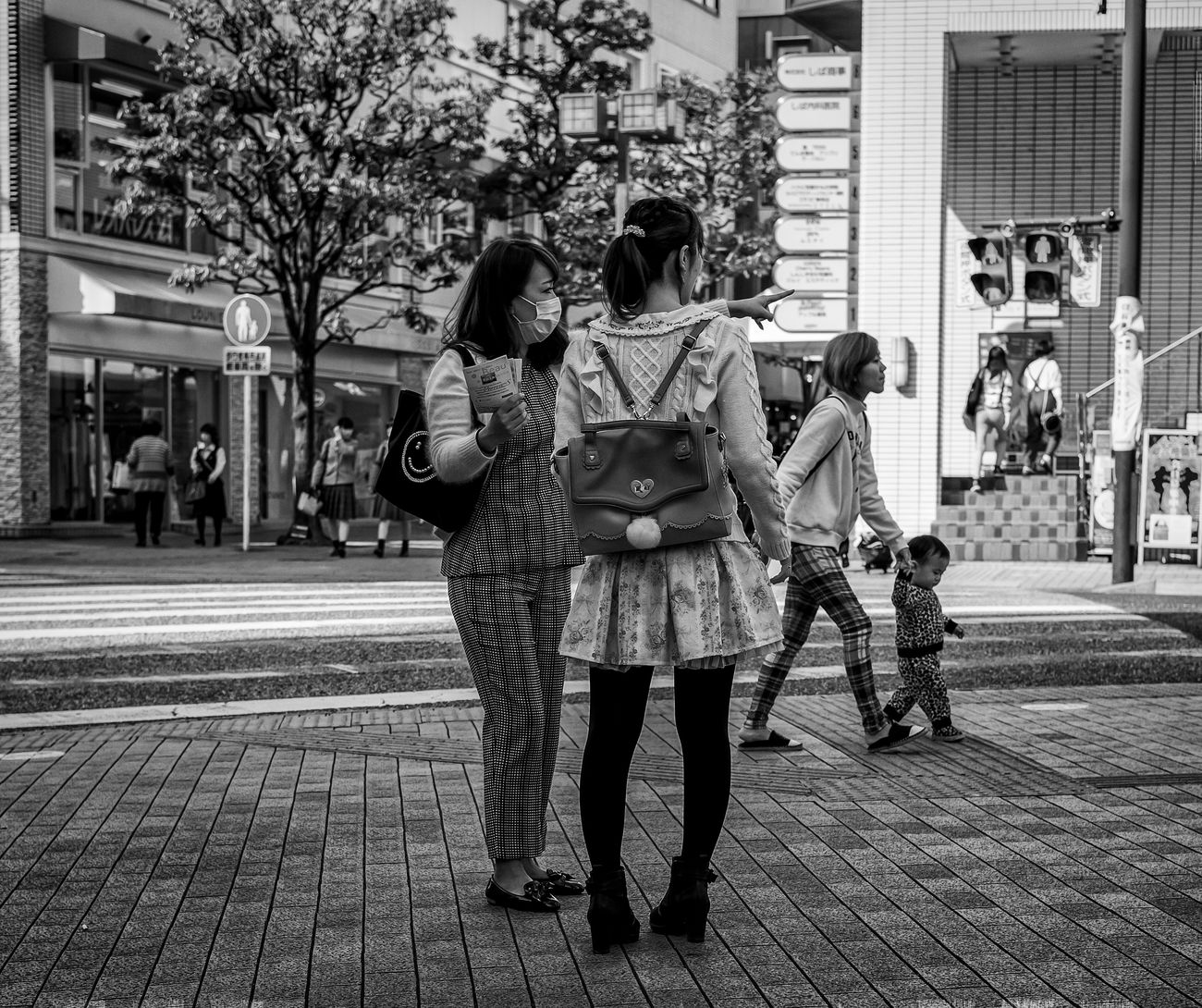 Going Straight Japan Japanese  Japanphotography ASIA Street Streetphoto_bw Streetfashion Streetstyle Streetphotography Blackandwhite Monochrome Fashion Style Urban City People Candid Bag FujifilmXPro2 Xf35mmf2 Fujiusers Cooljapan