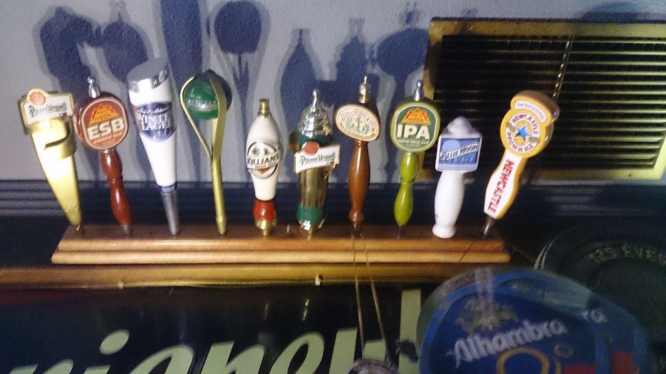 Unos Tiradores De Cerveza de distintas Marcas