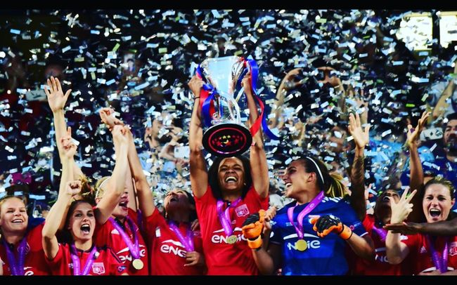 Un immense bravo à nos triples championnes 😁😁😁😁😁😁 Enjoying Life Victory Football Soccer Women Moment Of Glory Ilovelyon Olympique Lyonnais