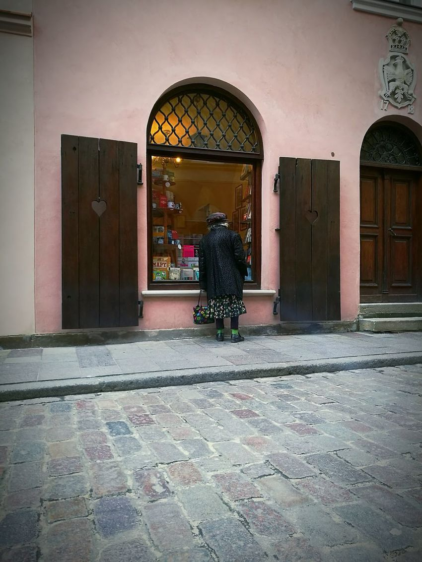 Arch Architecture Built Structure Day Outdoors Street Old Town Warsaw Street Life Streetphoto Streetphoto_color Oldwoman Socks Greensocks