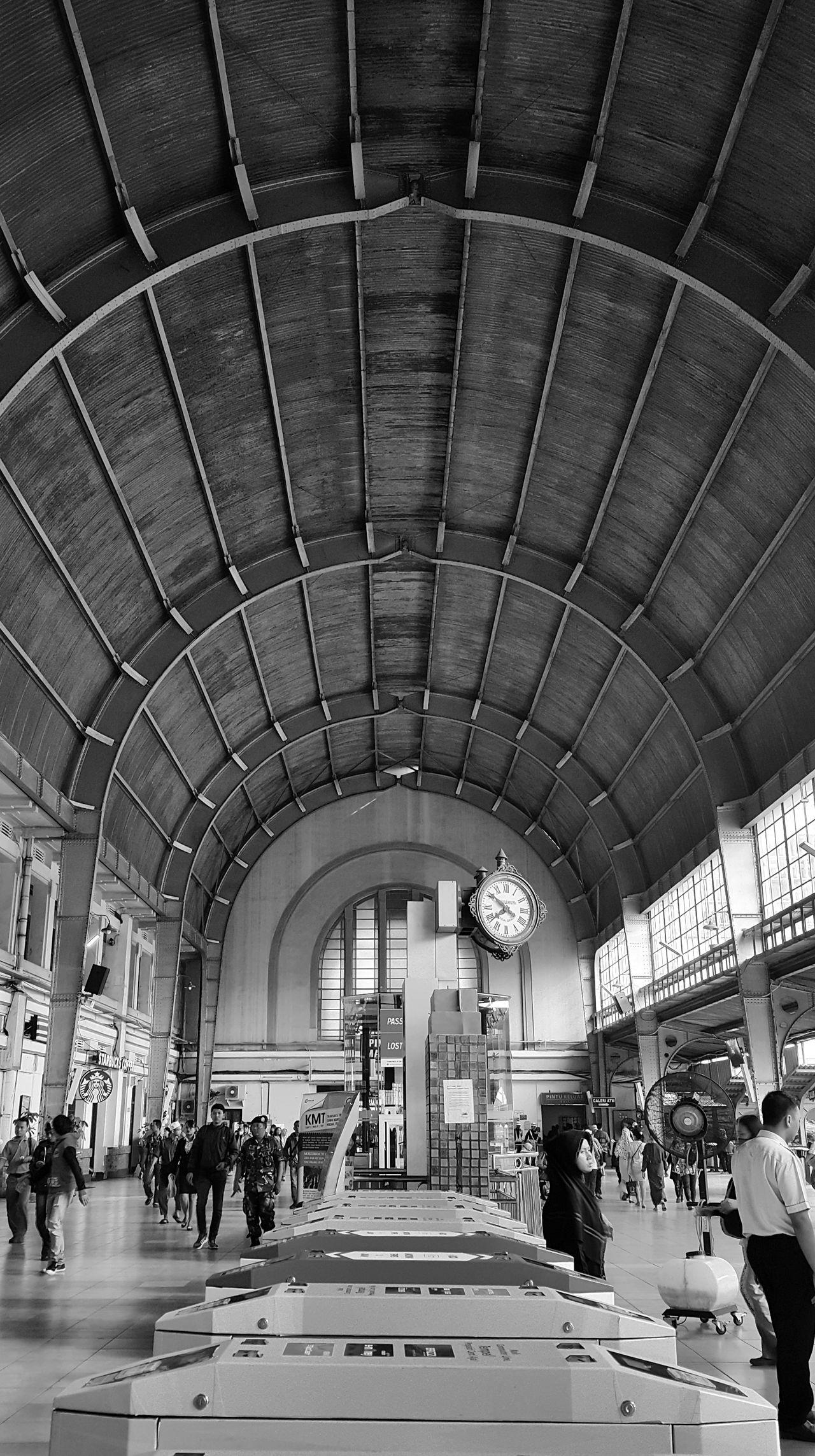 Menunggumu ... Eh 😊😊 Jakarta Stasiun Kota Transportation Stasiun Stasiun Kereta Kereta Api Indonesia Mobile Photography Mobilephotography Note4photography INDONESIA