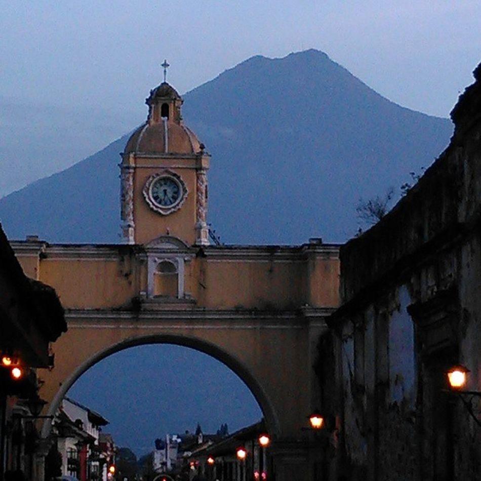 Una imagen de siempre, un ángulo diferente. Antigua Guatemala Arco Arquitectura Volcán TheRealGuatemala PerhapsYouNeedALittleGuatemala Arch Architecture Volcano Vscocam Vscourban Sinfiltro Nofilter