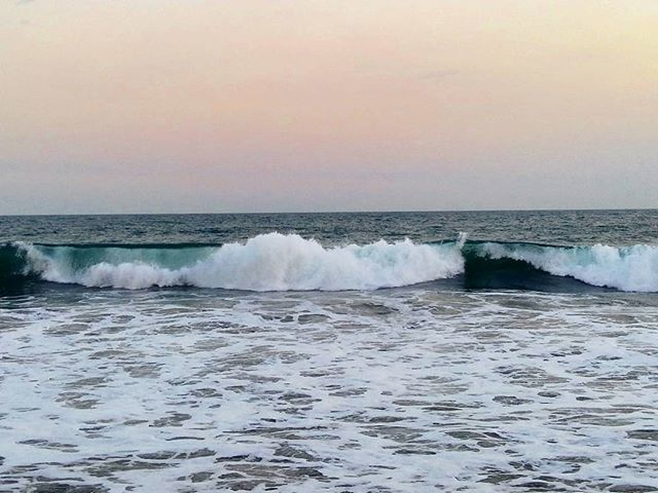 Las olas se rompen en espirales de espuma efervescente / The waves break in effervescent foam spirals Guatemala Santarosa Playa Mar Oceano Viajes  Naturaleza 2016 Beach Sea Ocean Waves Travel PerhapsYouNeedALittleGuatemala TheRealGuatemala LatinAmerica Seaporn Skyporn Nature