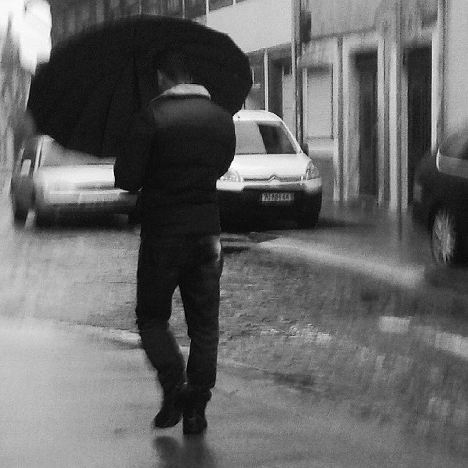 Rainny days. Portonoinsta Porto Oportolovers Streetphotography People Unjourjevaisapanher Lonelyplanet Portugaldenorteasul Peloscaminhosdeportugal Lovelyplanet Helloworld Stateoftheweather Shootermag_portugal Instabw Bnw Blackwhite Rain Weather Monotone Bw Instaphoto A_meu_ver Instadaily Instagood Instablackandwhite bwstreet bnw_city igersbnw igers_porto igersopo