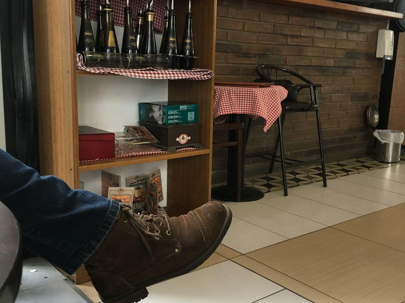 Un momento de conversación y café ... Taking Photos Husband ♡ Capture The Moment Relaxing Piernas Cualquier Dia