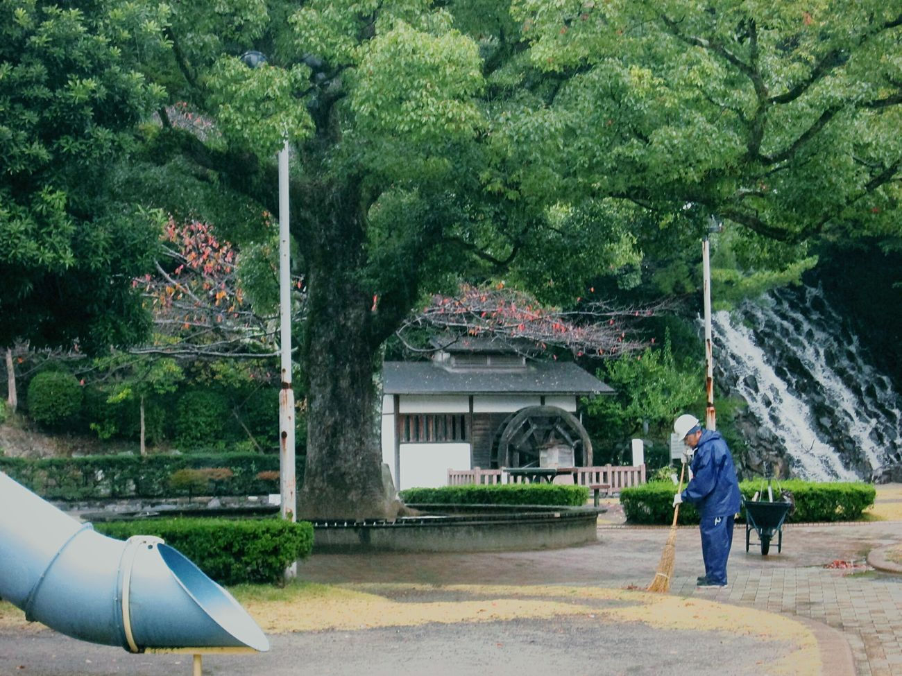 Cleaning Time Tree Parks Green Japan In Japan Waterwheel Waterfall Mister Uncle 曇り、時々はたらくおじさん Cloudiness