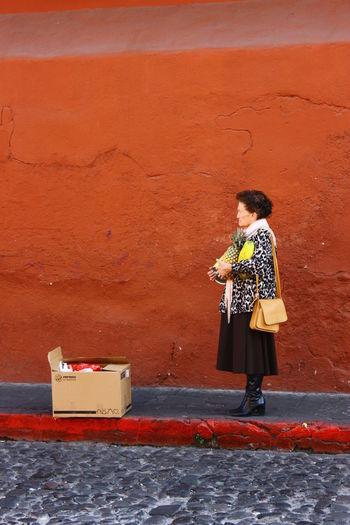 Antigua Guatemala Life Is Still Old Lady Pineapple Streetphoto_color Style The Street Photographer - 2017 EyeEm Awards Waiting In Line Women The Portraitist - 2017 EyeEm Awards