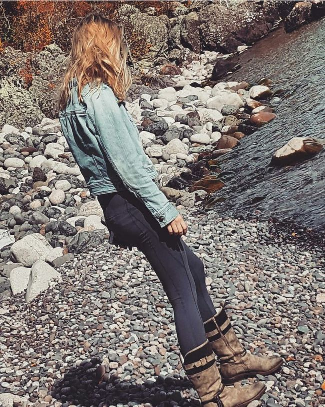 Full Length Casual Clothing Outdoors Day Nature Tranquility Rock Candidshot Minnesota Nature Nature Photography Friends ❤ Photoshoot Lake Superior Cabin Life Fall Beauty Lake Life Scenics Vacations DuluthMN