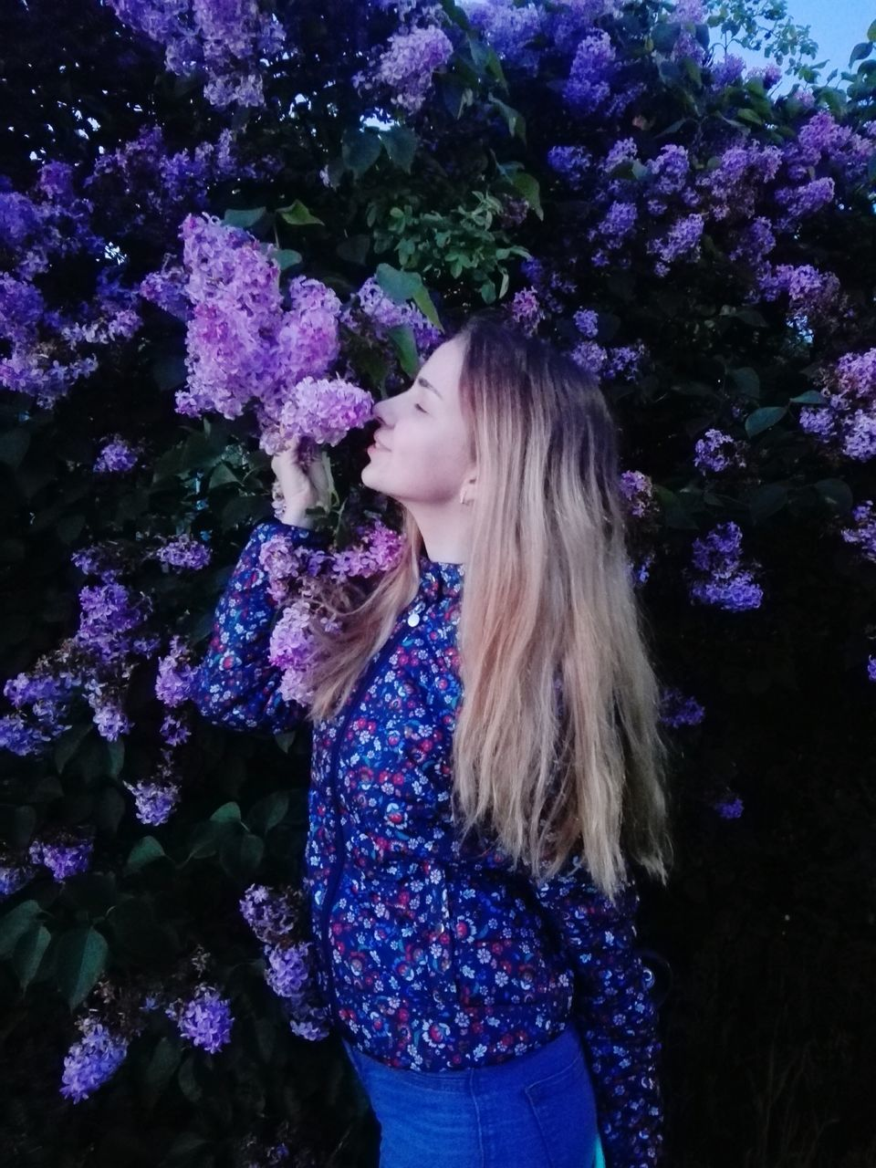 flower, young adult, young women, real people, one person, leisure activity, beautiful woman, blond hair, nature, lifestyles, outdoors, day, standing, happiness, beauty in nature, fragility, tree, freshness