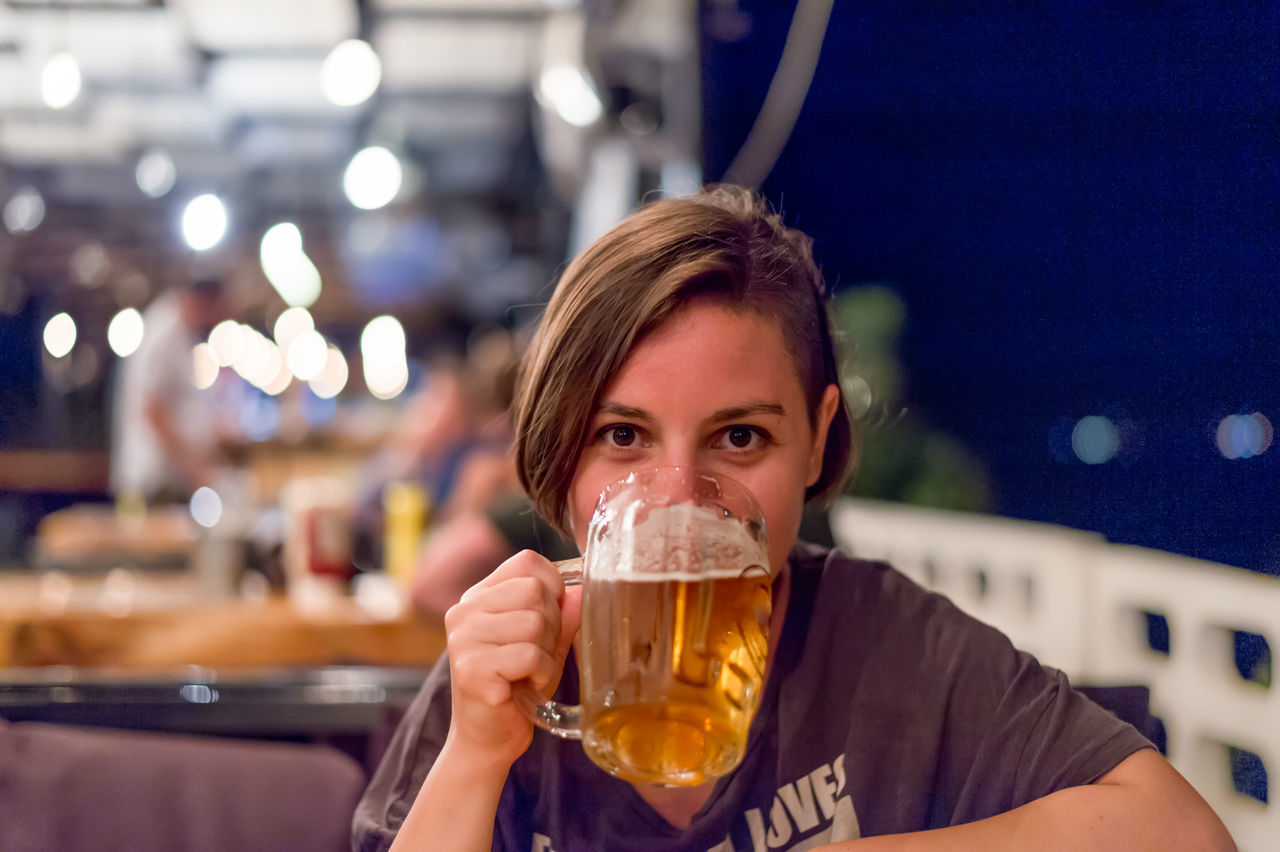 Beautiful stock photos of bier, 30-34 Years, Adults, Adults Only, Bar - Drink Establishment