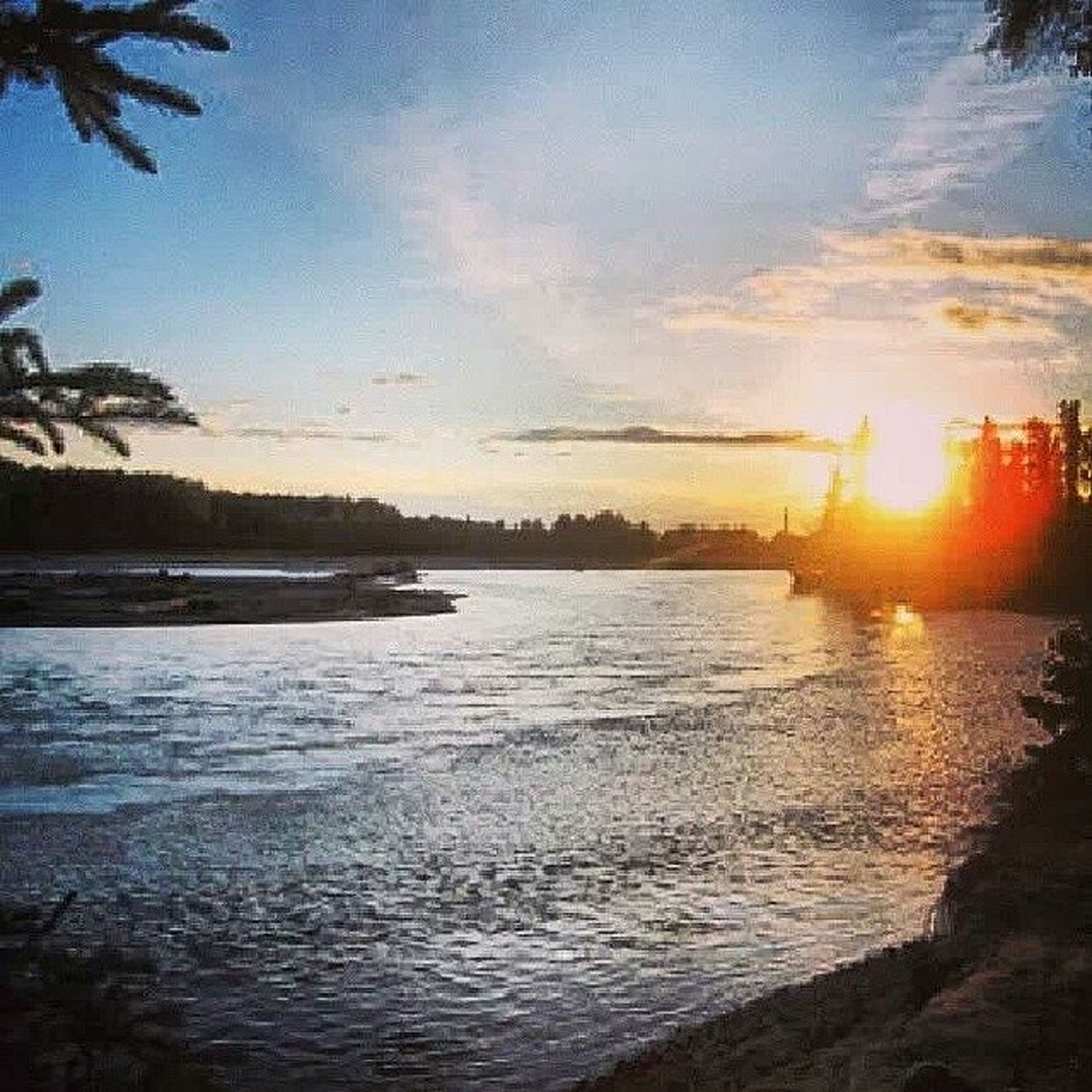 water, sunset, sky, tranquil scene, scenics, tranquility, beauty in nature, reflection, tree, nature, cloud - sky, sun, lake, sunlight, idyllic, silhouette, river, cloud, sunbeam, sea