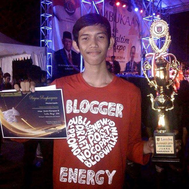 Piala pertama dalam hidup berhasil didapatkan kemaren malam di lomba blogger dari Pemerintah kota Samarinda untuk kategori mahasiswa & umum. Cuman dapat harapan 2 sih. Tunggu ceritanya di http://www.kukuh.my.id