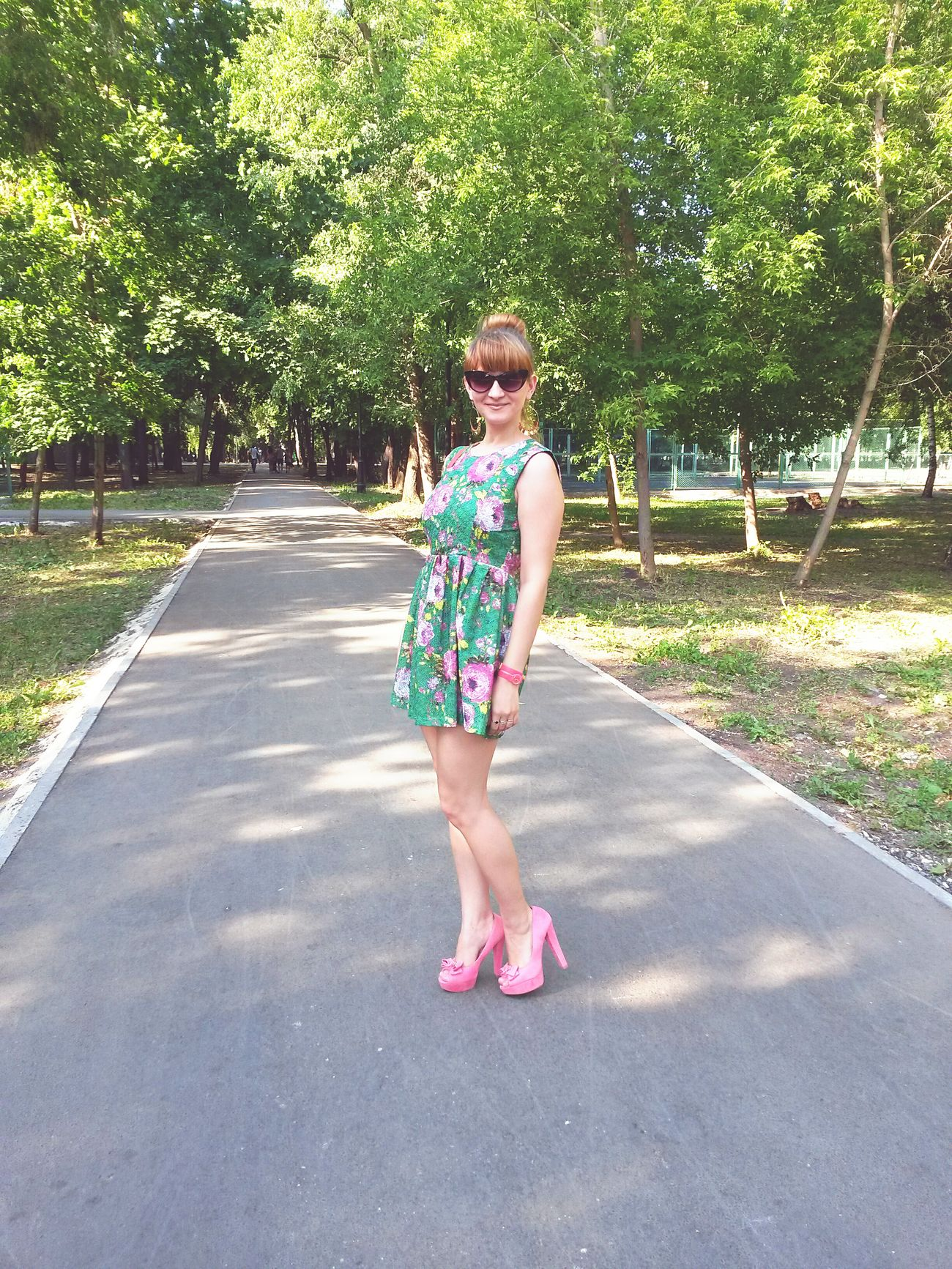 Beautiful Girl Beautiful Nature Green Dress Pink Shoes Model Happy :) Weekend Sun Glasses Roses🌹 Pink Roses