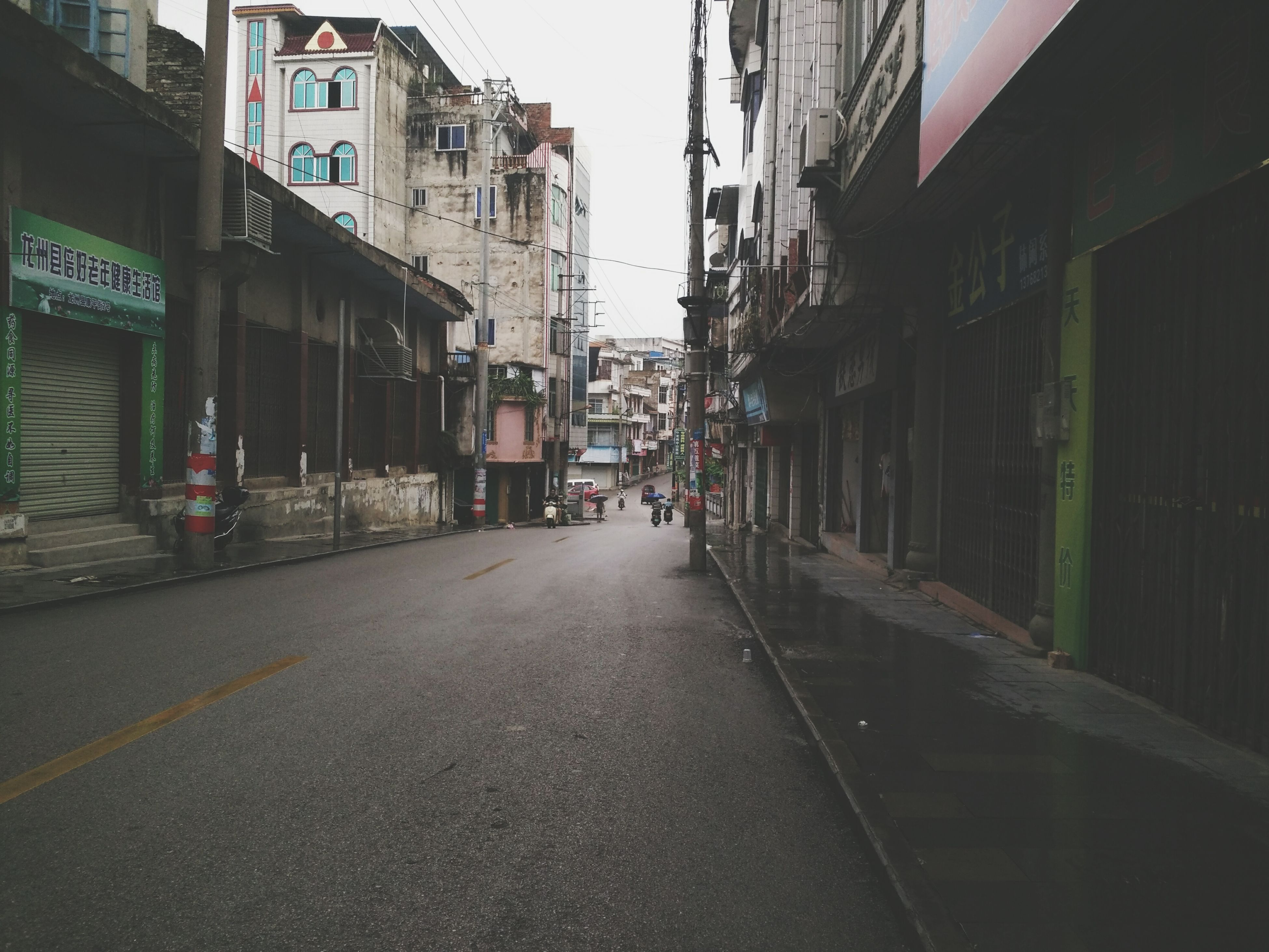 building exterior, architecture, built structure, the way forward, street, diminishing perspective, city, transportation, building, residential building, residential structure, vanishing point, road, narrow, alley, day, outdoors, clear sky, city life, road marking