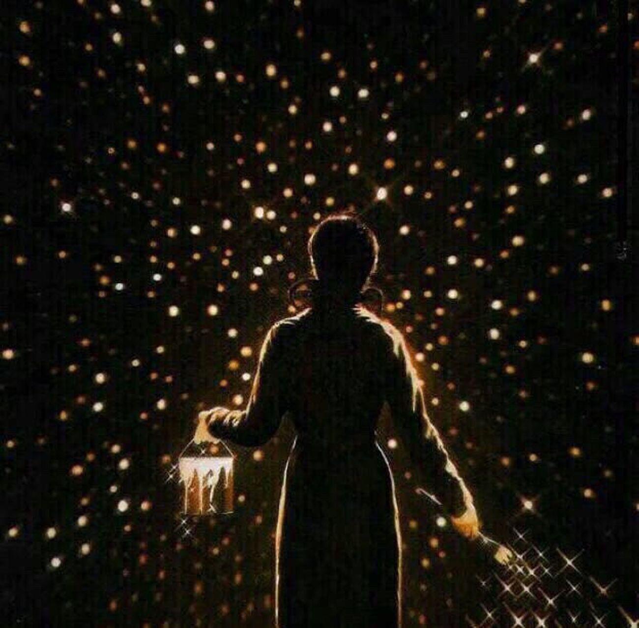 لا يمكنك أن ترى النجوم إلا في الظلام كذلك هم بعض الأشخاص في حياتنا لا يظهر معدنهم إلا وقت الشده۪̜۫ تصميمي التعليق يهمني اكثر من الايك