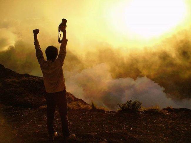 Gaya dulu... . . Selfi SORE di Plawangansembalun Gunungrinjani . . . 2008, Pocketcamera Sun Sunset Cloud Fog Sky