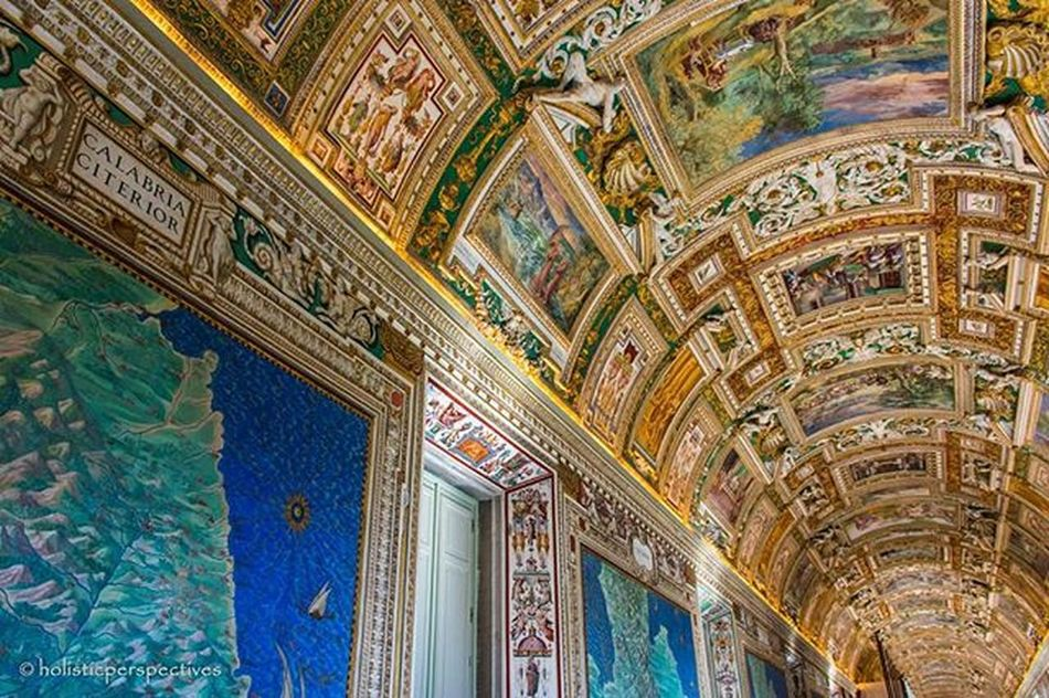 A corridor in the endless maze of historical treasures that is the Museovaticano ! Too bad most people zip straight for the sistine chapel and miss the rest of the glories Ig_italy Ig_italia Italy Italian Italia @bbc_travel @lonelyplanettraveller