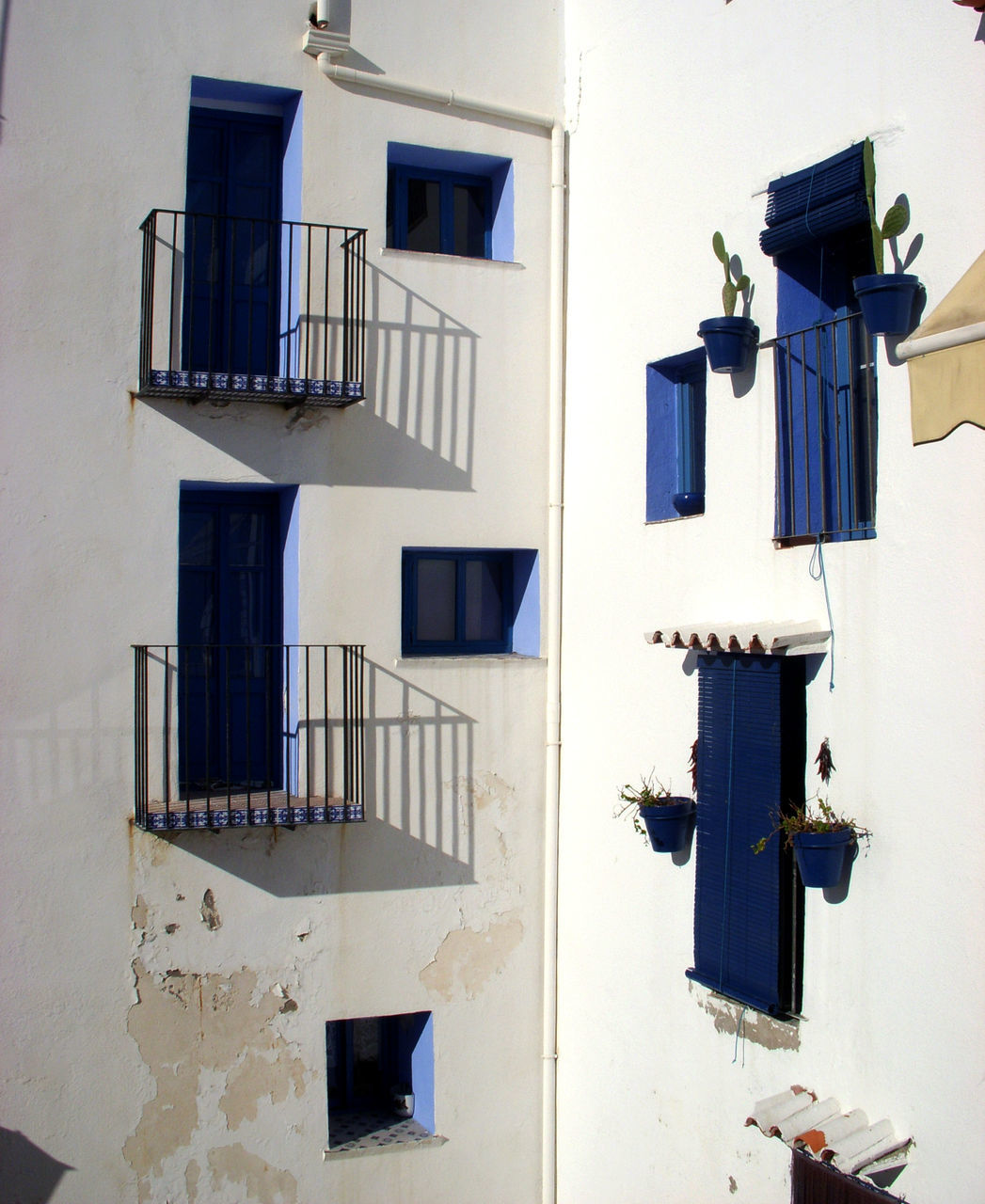 architecture, window, building exterior, built structure, outdoors, day, blue, no people, drying, whitewashed