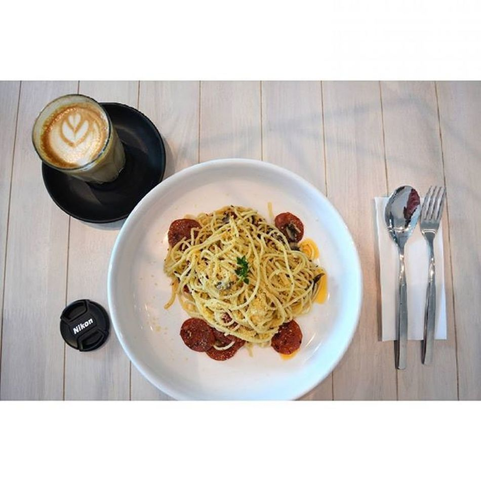 Beef pepperoni aglio olio with a glass of latte. 150815 Saturday Food Foodporn Portrait Photography Nikon D5200 Lenovo Instagram Instapost Instalike Instadaily VSCO Vscofile Vscocam Myalbum